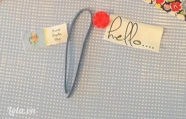 Vẽ chữ ' hello ' lên trên miếng vải nhỏ khác