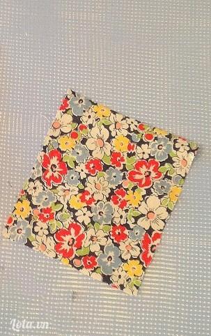 Lấy một miếng vải cotton khác rồi cắt ra hình vuông chiều rộng bằng 3 miếng còn lại, chiều cao bằng 2/3 chiều cao của 3 miếng trước