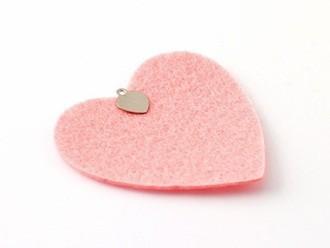 Cắt vải dạ theo hình trái tim, kích cỡ tùy ý.  Dán khuyên vào điểm giữa - phía trên miếng dạ hình trái tim màu hồng.