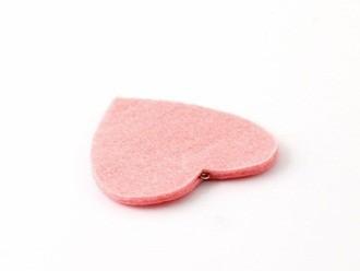 Dán trùng khít vào miếng dạ hồng ban đầu, che kín phần gắn khuyên ở giữa, chỉ hở phần khuyên ra ngoài.