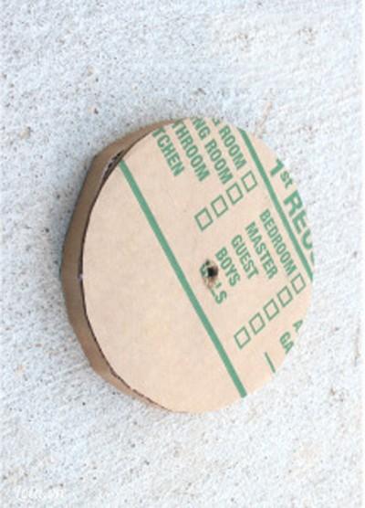 Dùng keo dán giấy xung quanh vòng tròn
