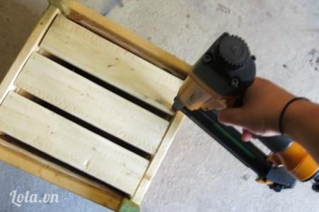 3 thanh gỗ số 3 dán dưới đáy thùng, đóng đinh để cho các tấm gỗ thêm chắc chắn
