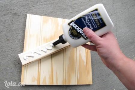 Để bắt đầu bạn cho một ít keo lên trên các thanh gỗ số 2