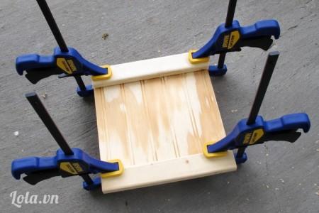 """Dán các thanh gỗ số 2 lên trên các mặt gỗ số 1, dán thanh gỗ một bên hơi lồi ra khoảng ¾ """" mặt"""
