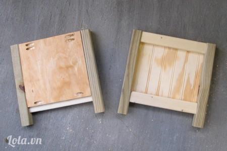 Kế tiếp dán các thanh gỗ số 5 vào giữa hai bên mặt gỗ để làm chân