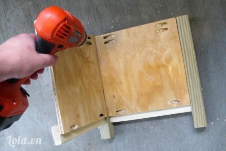 Dùng máy khoan khoan các lỗ trên mặt sau của mặt gỗ như hình
