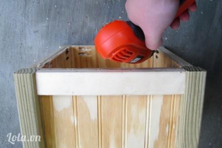 Cuối cùng thì bạn dán tiếp phần mặt gỗ còn lại để tạo thành một chậu cây vuông gần như hoàn chỉnh nhé