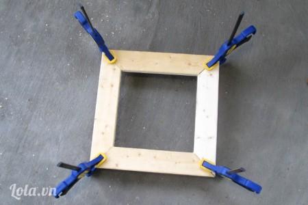 4 miếng thanh gỗ số 4 bạn cắt chéo các góc rồi dán lại tạo thành một hình vuông