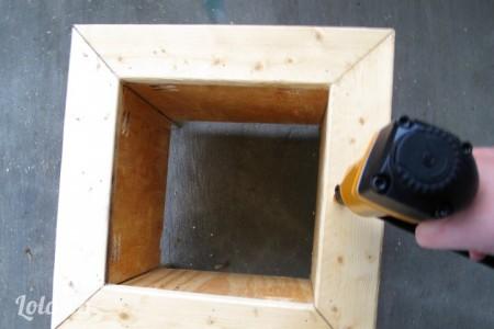 Dán lên trên thùng làm mặt trên của thùng, đóng đinh lên trên mặt gỗ