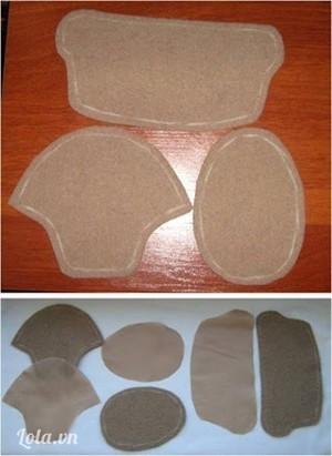 Căn ke mẫu giấy lên vải dạ để cắt theo.  Để làm 1 đôi giày bạn cần các miếng như sau : 4 miếng đế giày (2 miếng bằng vải mềm, 2 miếng bằng vải dạ), 4 miếng mũi giày (2 miếng bằng vải mềm, 2 miếng bằng vải dạ), 4 miếng thân giày (2 miếng bằng vải mềm, 2 miếng bằng vải dạ).