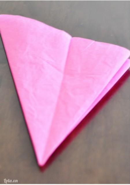 Rồi gập giấy lại thành hình tam giác