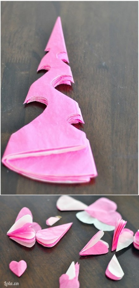 Kế tiếp bạn dùng kéo cắt giấy thình nữa hình trái tim theo vị trí như hướng dẫn