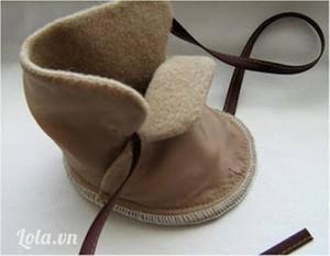 Nếu không dùng máy khâu thì bạn có thể khâu tay theo cách khâu thùa khuy mũi nhỏ thay thế cho đường chỉ vắt sổ. Làm tương tự để hoàn chỉnh đôi giày.