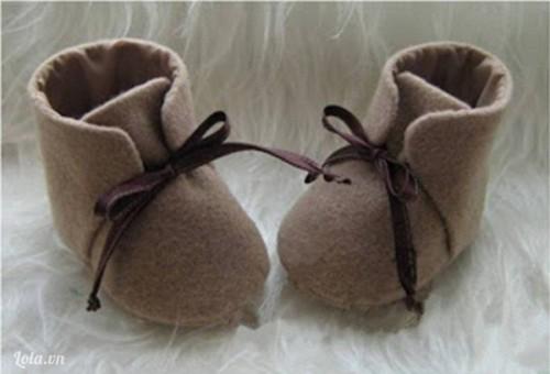 Mẹ khâu giày cao cổ cho bé ấm áp ngày đông
