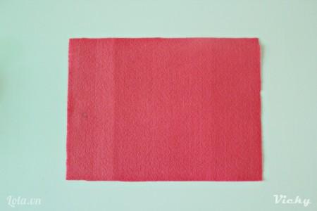 Cắt vải nỉ thành hình chữ nhật kích thước tùy ý.