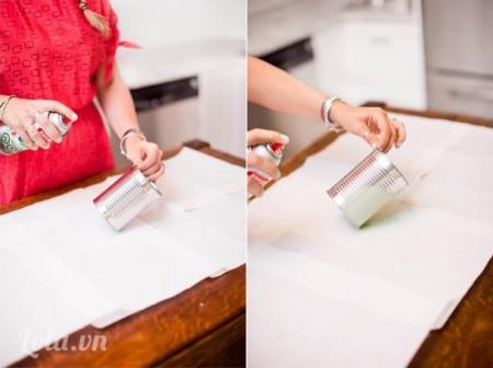 Rửa sạch các lon, dùng keo xịt màu lên lon và dựng đứng lon đợi khô trong vài phút.