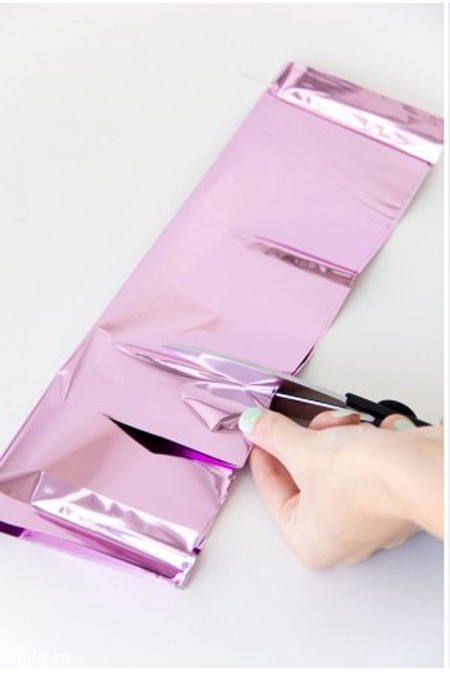 Cắt xuyên qua hai lớp giấy làm 6 phần chừa khoảng cách mép trên khoảng vài inch