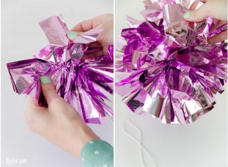 Dùng tay  tách từng tờ một theo kiểu hình hoa bung. Cứ làm tiếp cho đến khi bạn có một bông hoa bung xinh đẹp và lắp lánh để trang trí.