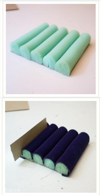 Cuộn tròn miếng xốp và dán lên tấm bìa cứng như hình sau đó bọc vải nhung lên như hình