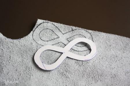 Bạn vẽ và cắt giấy thành hình số 8 và cắt vải da giống như vậy