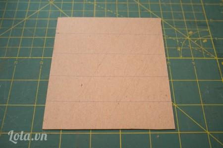 Chuẩn bị một tấm bìa cứng vừa với đáy hộp
