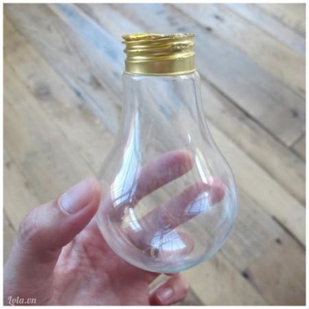 Bạn rửa sạch bóng đèn để loại bỏ các mảnh kim loại và thủy tinh còn sót phía trong bóng đèn