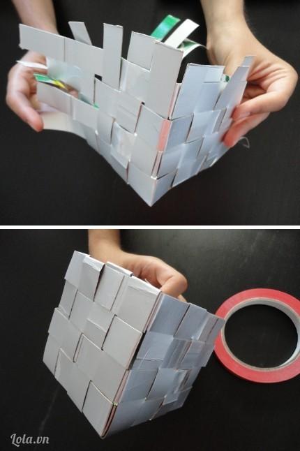 Sau khi đan xong đầy đủ bốn góc cạnh bạn dùng băng keo hai mặt để dính chúng lại
