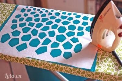 Đặt mẫu giấy vừa khắc xong lên khăn choàng của bạn và lấy bàn ủi, ủi sơ qua để tạo độ kết dính