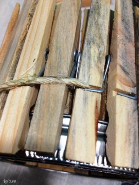 Cắt một đoạn dây cói vừa đủ quấn quanh để các móc gỗ không bị ngã. Cuối cùng chờ khô, bỏ nến vào và thắp sáng lên