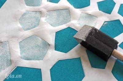 Bạn dùng màu acrytic vẽ lên khung  giấy vừa khắc, chú ý chải theo chiều của giấy để mẫu in không bung khỏi khăn choàng