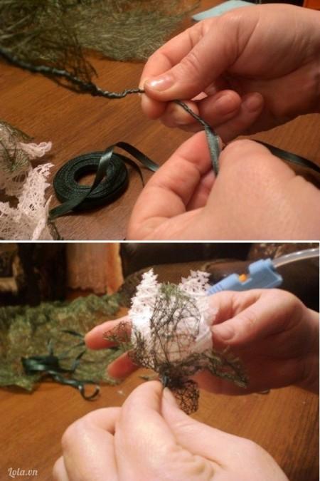 Dán quấn ruy băng xanh quanh dây kẽm để làm cành hoa. Có thể dùng đầu kéo bấm thủng giữa hoa ngay chỗ nhụy để dễ luồn cành hoa xuyên qua. Dán các lá to vào cành hoa. Làm nhiều cành đủ hoa và lá tương tự, kích thước có thể to nhỏ khác nhau cho tự nhiên.