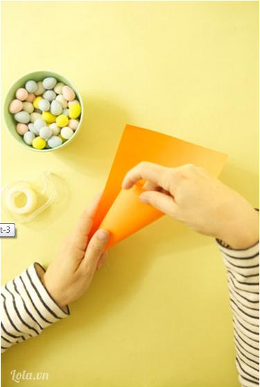 Cắt đôi tờ giấy màu cam, kích thước tùy bạn chọn vì nó phụ thuộc vào việc bạn làm lớn hay bé