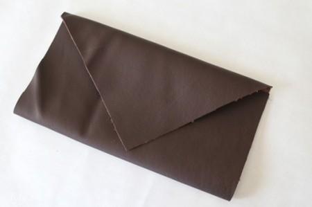 Bạn gấp mảnh vải vừa cắt lại để xem độ cân bằng của ví