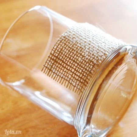 Bạn cắt vải bố với độ dài đủ ôm trọn kích thước chiếc ly mà bạn định làm .