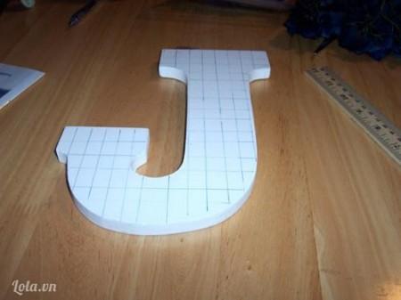 Vẽ và cắt mốp theo chữ cái bạn chọn, bạn kẻ các ô vuông nhỏ bằng nhau trên chữ.