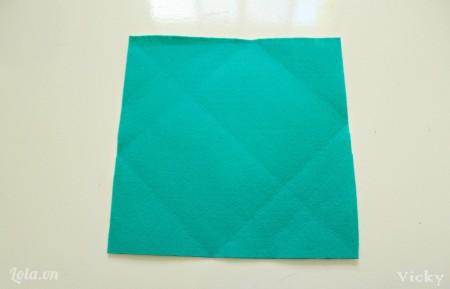 Cắt vải nỉ thành hình vuông kích thước tùy ý.