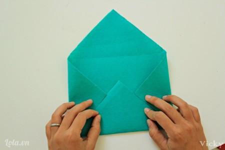 Gấp vả nỉ thành mẫu bì thư để tạo nếp.