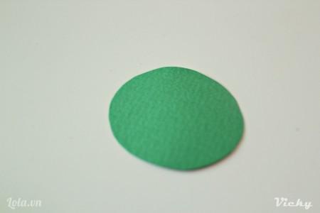 Cắt 1 vòng tròn màu xanh lá để làm đáy nhà.