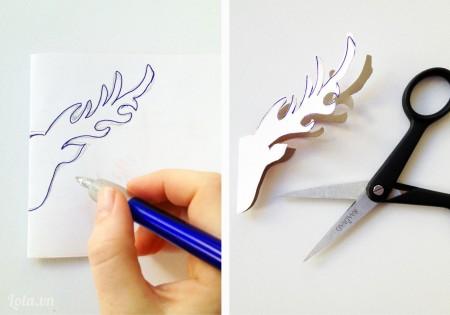 Bạn gấp đôi tờ giấy trắng và vẽ hình tuần lộc ra nửa tờ giấy, sau đó cắt ra là bạn sẽ được toàn bộ chiếc đầu tuần lộc