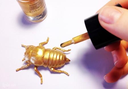 Dùng sơn xịt hoặc sơn móng tay sơn lên mô hình côn trùng mà bạn thích