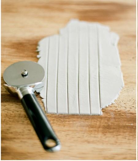 Sau đó dùng dao chia đất sét ra làm 5 phần,  mỗi phần có bề ngang chừng 1cm – 2cm