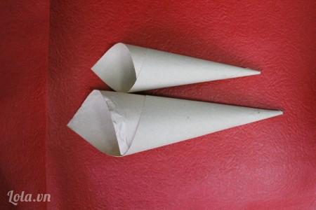 cuộn giấy vừa cắt lại thành hình chóp nhọn