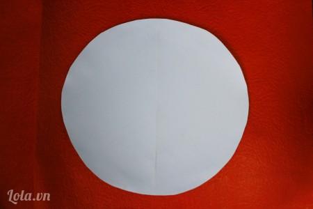 cắt giấy cứng thành hình tròn đường kính 20cm
