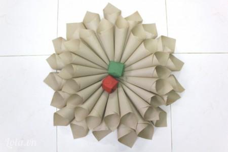 dán hình tròn màu đỏ và xanh vào giữa để trang trí