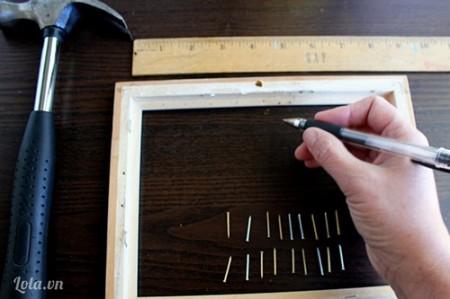 Đo khoảng cách trên khung để đóng hàng đinh vào, dùng bút để đánh dấu vị trí