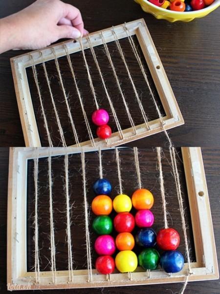 Gỡ một đầu dây và bỏ vào những hạt châu như trong hình, tiếp tục làm cho đến khi dây không còn đủ rộng