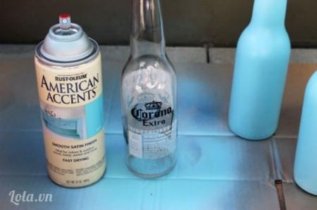 Bạn rửa sạch chai và xịt sơn phủ kín chai