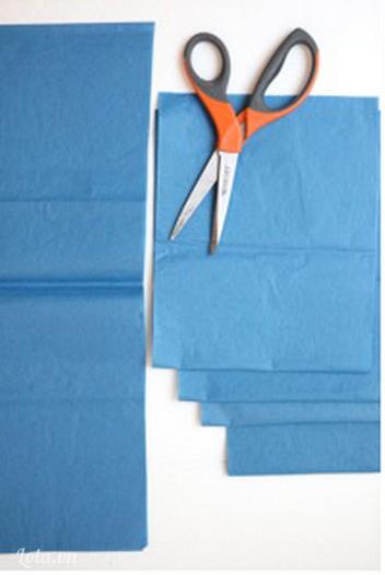 Cắt giấy màu thành đôi và có kích thước  18cm nhân 8cm  và 9cm nhân 8cm để có được một hình chữ nhật như trong hình
