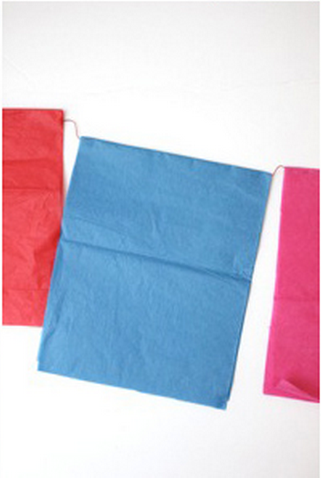 Bạn gấp đôi tờ giấy màu lại  và chờ khô (để qua đêm)