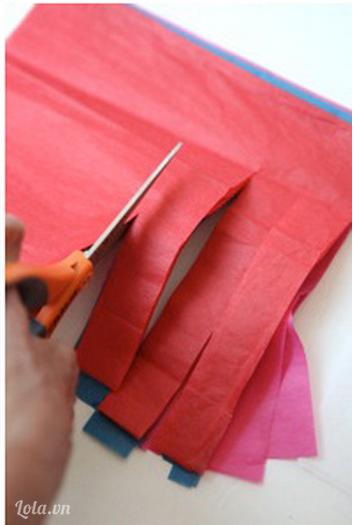 Sau khi giấy đã khô, bạn bắt đầu giữ chặt hai đầu giấy và cắt theo rìa